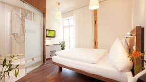 Een minibar, een kluis op de kamer, een bureau, babybedden