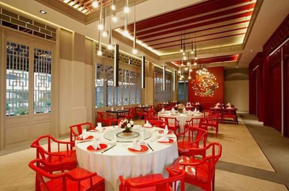 Restaurant, The Quarter Hualamphong by UHG