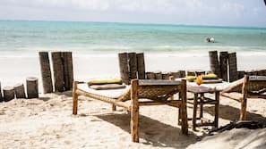 Plage privée à proximité, sable blanc, parasols, serviettes de plage