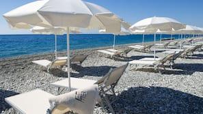 Plage privée, navette pour la plage, chaises longues, parasols