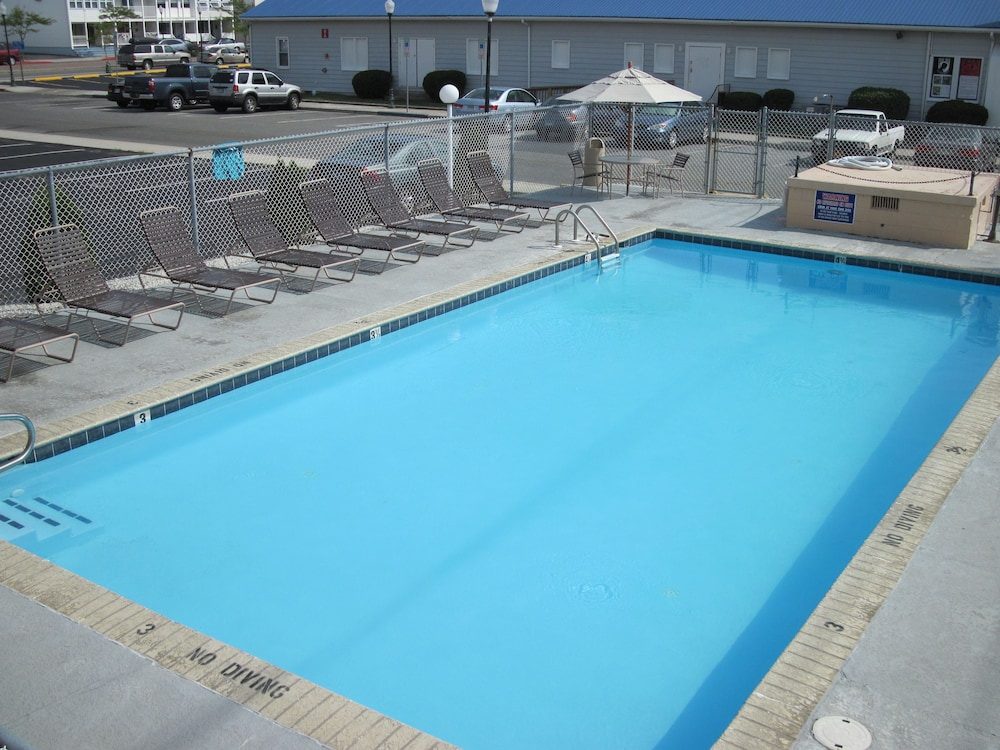Outdoor Pool, Kings Arms Motel