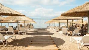Plage privée à proximité, chaises longues, parasols, serviettes de plage