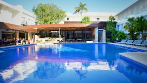 2 室外游泳池,日光浴躺椅