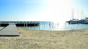在海滩、沙滩椅、沙滩毛巾、海滩按摩