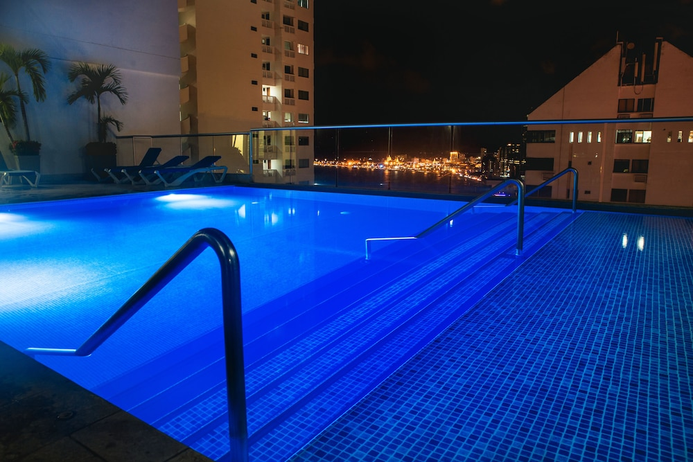 Outdoor Pool, Hampton By Hilton Cartagena