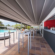 Bar en bord de piscine