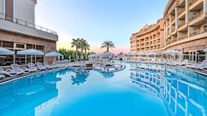 2 piscines couvertes, 3 piscines extérieures, cabanons gratuits