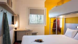 Schreibtisch, laptopgeeigneter Arbeitsplatz, schallisolierte Zimmer