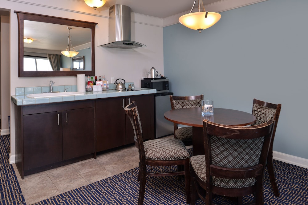 Private Kitchenette, Inn at Nye Beach