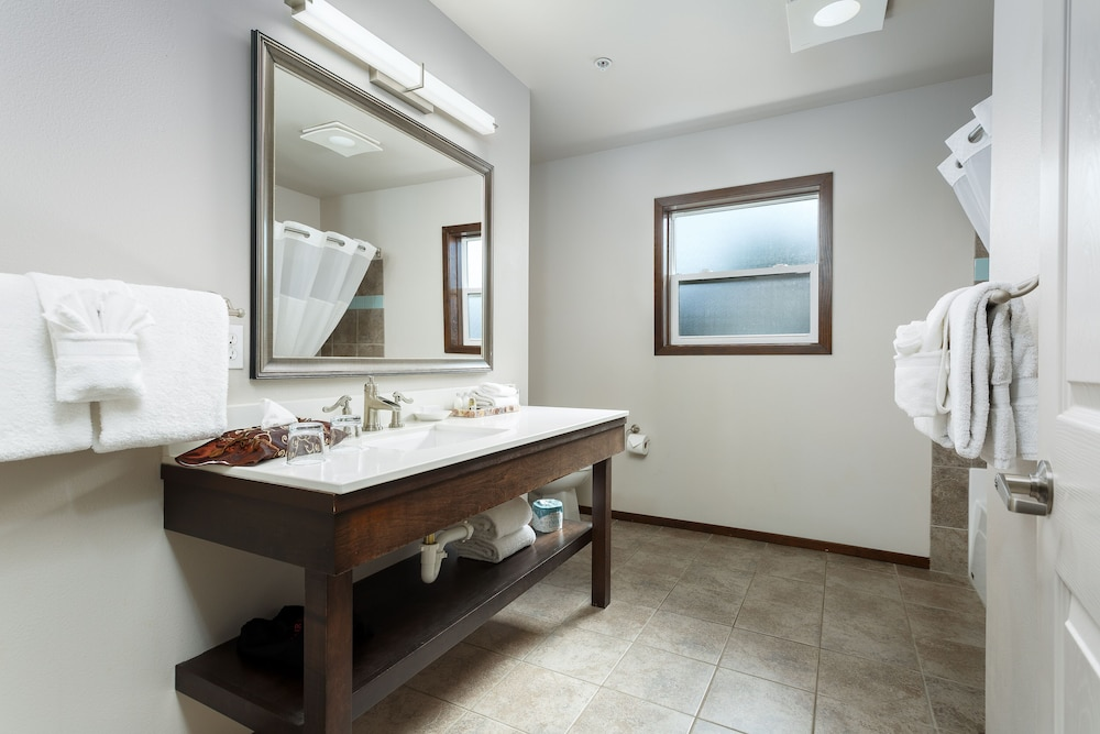 Bathroom, Inn at Nye Beach