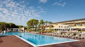 Una piscina cubierta, 4 piscinas al aire libre