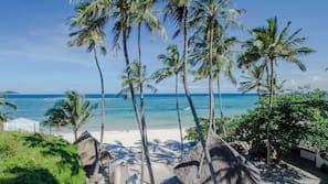 Playa privada, arena blanca, sombrillas y toallas de playa