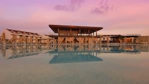 실내 수영장, 2 개의 야외 수영장, 24시간 오픈 오픈, 수영장 파라솔, 일광욕 의자
