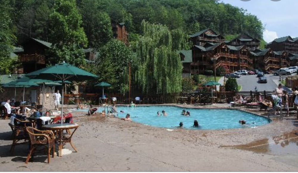 Pool, Christmas IN Gatlinburg!! 1 Bedroom Smoky Mountain Resort & Spa