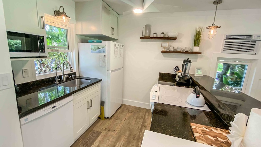 Private Kitchen, New, Bright, Clean, Modern Gem! Vitamix, Surfboards, Bikes Included :)