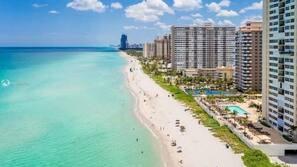 Nær stranden, solsenger og strandhåndklær