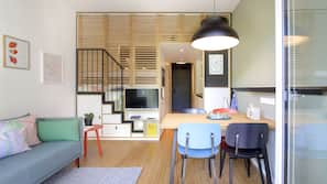 Luxe beddengoed, een kluis op de kamer, een bureau, een laptopwerkplek
