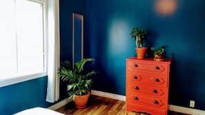 2 bedrooms, desk, travel cot, WiFi