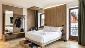 Hypo-allergenic bedding, memory foam beds, in-room safe, desk