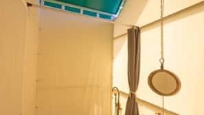 淋浴設備、免費浴室用品、風筒、拖鞋