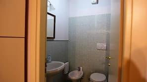 吹风机、毛巾、肥皂、卫生纸