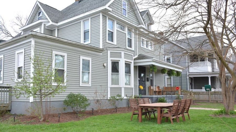 THE 1023- With Private Yard & Free Parking, Minutes From Falls & Casino by Niagara Hospitality