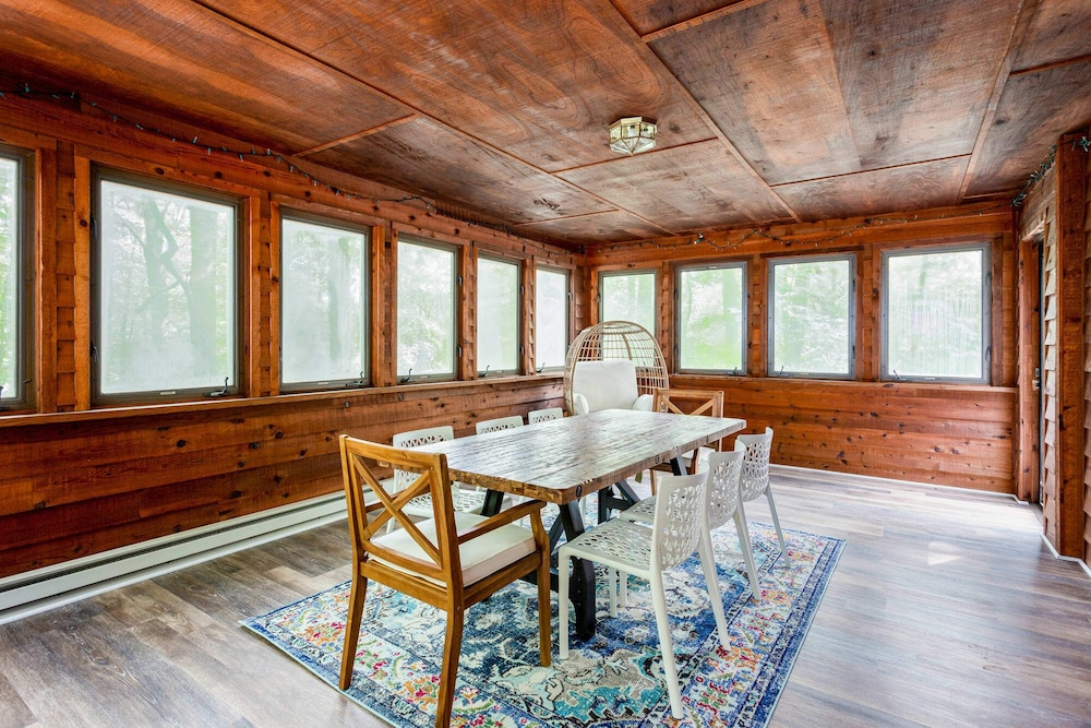 In-Room Dining, Coolfont Cabin: Huge Deck, Grill, 10 Mins to Town!