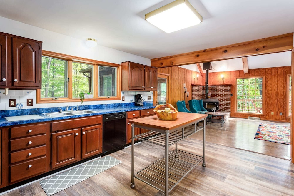 Private Kitchen, Coolfont Cabin: Huge Deck, Grill, 10 Mins to Town!