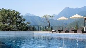 室外泳池;07:00 至 22:00 開放;泳池傘、躺椅