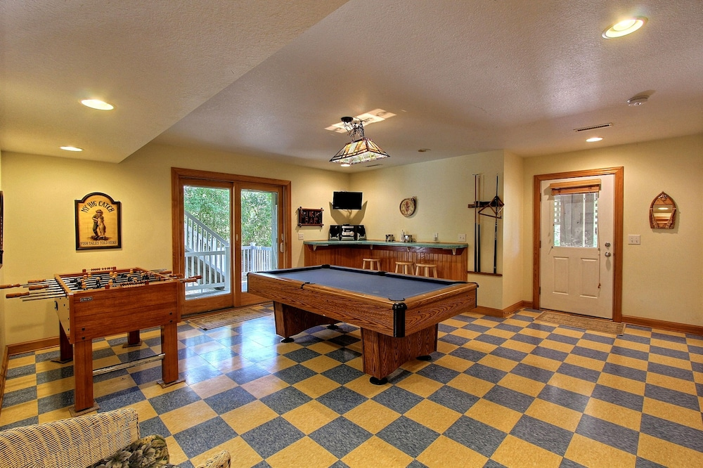 Private Kitchen, Expansive Home With Private Pool and Hot Tub, High-speed Wifi, and Central AC