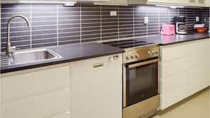 Kjøleskap, kokeplater, kaffetrakter/tekoker og kjøkkenutstyr
