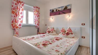 Valtura Holiday Home, Sleeps 16 With Pool, Air Con and Wifi