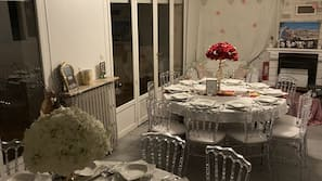 冰箱、厨具/餐具、餐桌
