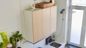 Een koelkast, een microgolfoven, een koffiezetapparaat/waterkoker