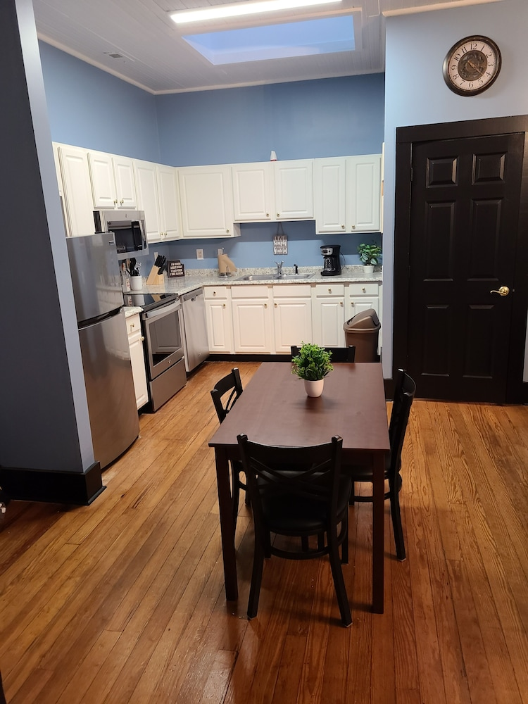 Private Kitchen, Historic Downtown Apartment Above Brewery BBQ Restaurant - 2 Bedroom