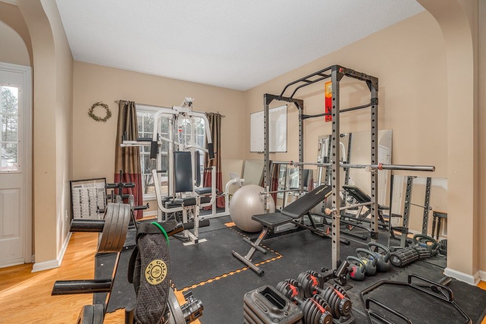 Fitness Facility, Family Friendly Home With Pool and Treehouse! Pets Welcome!