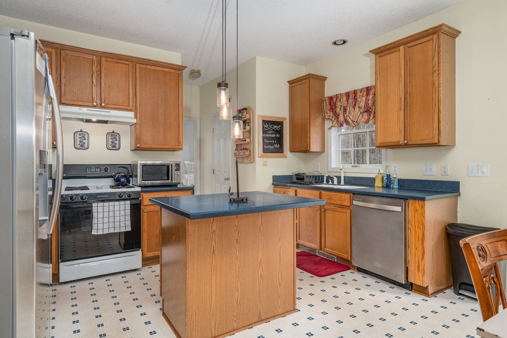 Private Kitchen, Family Friendly Home With Pool and Treehouse! Pets Welcome!
