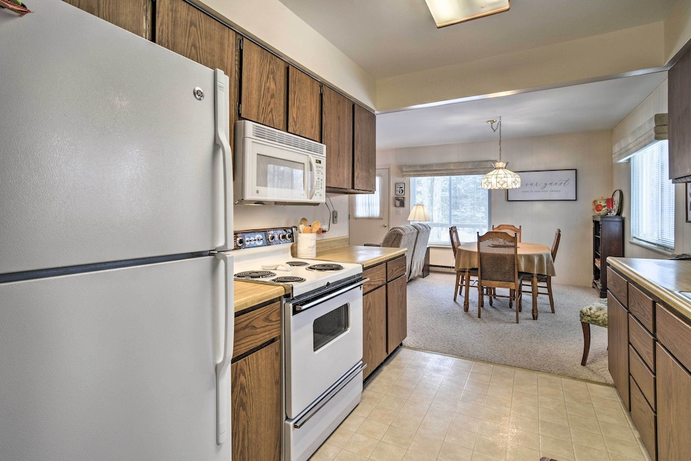 Private Kitchen, New! Cozy Cottage w/ Hot Tub Access, Walk to Lake!