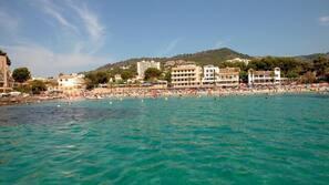 Ubicación cercana a la playa, arena blanca y bar en la playa