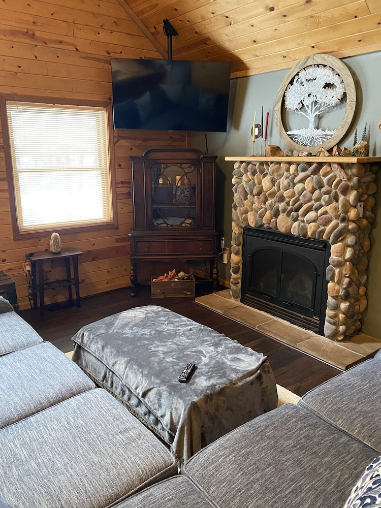 , Cozy Lodge Nestled in a Beautifully Wooded Setting - Pet Friendly