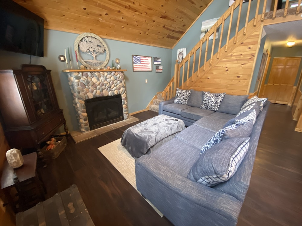 Room, Cozy Lodge Nestled in a Beautifully Wooded Setting - Pet Friendly