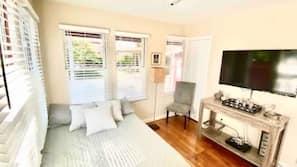 5 bedrooms, laptop workspace, iron/ironing board, free WiFi