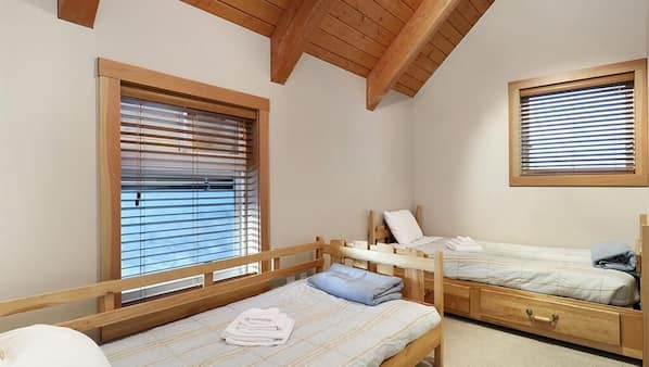 6 bedrooms, travel crib, free WiFi, bed sheets