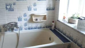 Ensemble douche/baignoire, sèche-cheveux, bidet, serviettes fournies