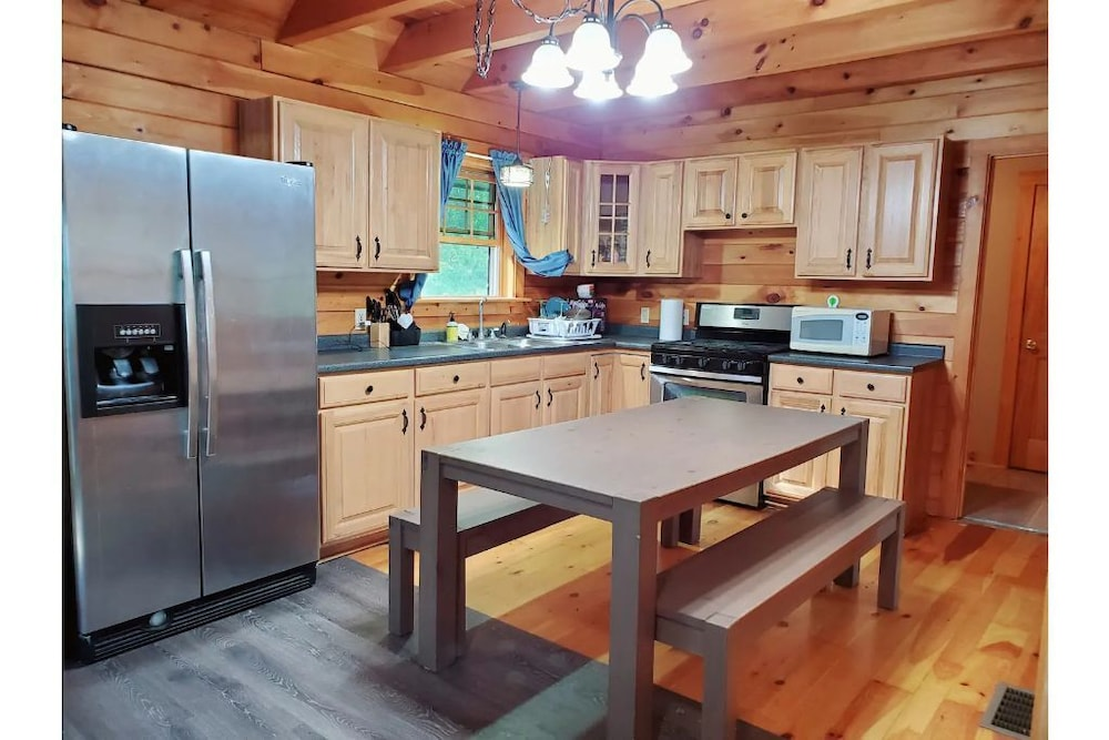 Private Kitchen, Gorgeous Cabin W/wifi on 16 Acre Animal Sanctuary