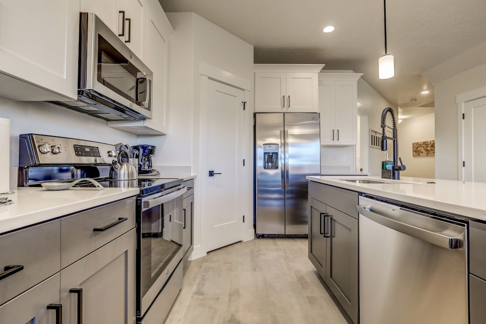 Private Kitchen, Vida Sol End Unit Private Hot Tub & Firepit 3 Bedroom Townhouse
