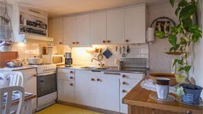 Kylskåp, mikrovågsugn, spishäll och kaffe- och tebryggare