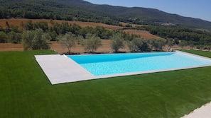 Una piscina cubierta, una piscina climatizada