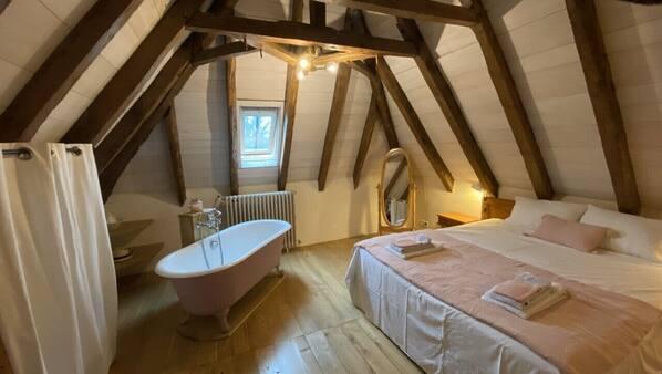 4 bedrooms, travel cot