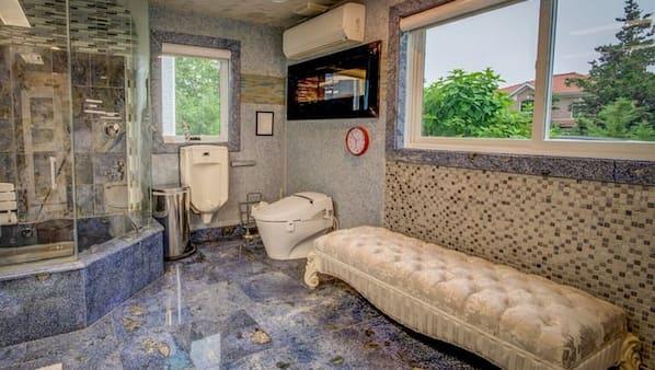 5 bedrooms, desk, iron/ironing board, WiFi